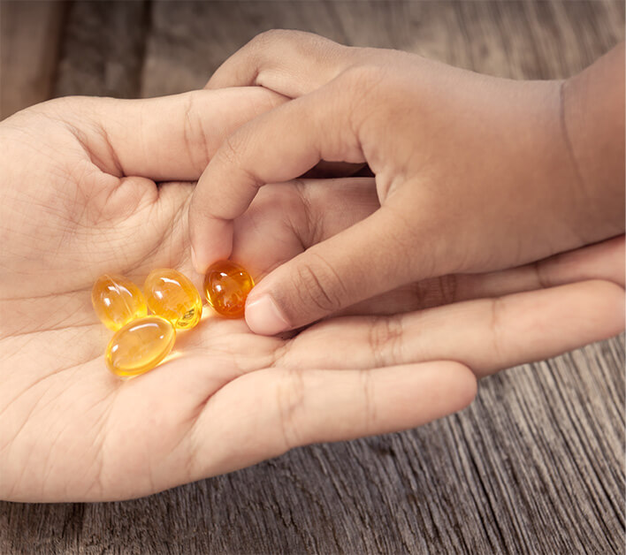 Omega-3 Fischölkapseln in einer Hand