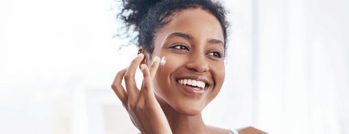 Omega-3 versorgt die Haut mit Feuchtigkeit und kann Hautentzündungen bei Akne lindern